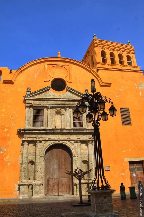 Собор Санто Доминго на площади Санто Доминго. В соборе - самый красивый алтарь, который можно запросто зайти и посмотреть.