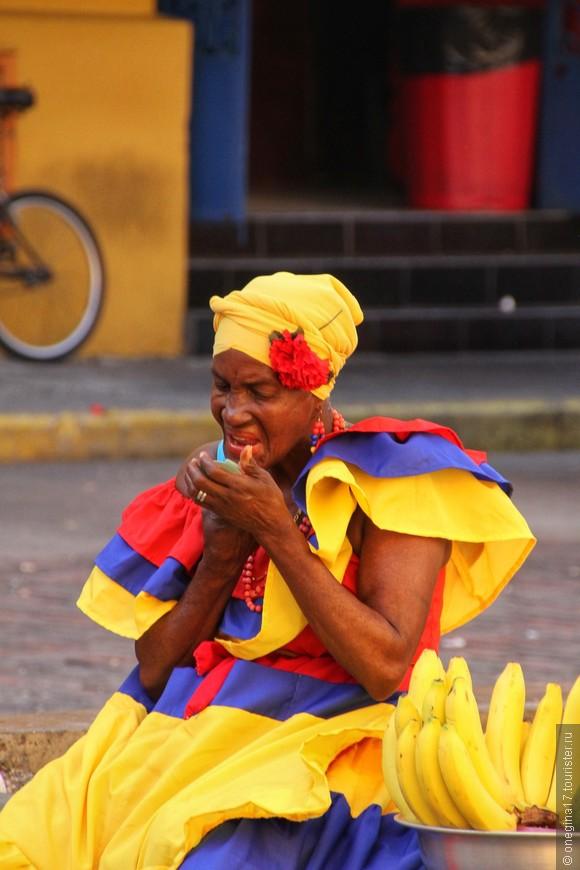 Я не знаю, как зовут эту сеньору, сколько ей лет и какая у нее жизнь. Но образ самой Картахены так хорошо лег на лицо и фигуру этой сеньоры, что для меня она и стала Картахеной. Пестрые юбки, аромант бананов, ананасов и манго, позвякивание бус на смуглой шее, мазок помады по губам... Потом будет широкая улыбка и такой взгляд!!! В общем, прошу любить  жаловать - перед вами сама Картахена, невероятно притягательная и красивая женщина!