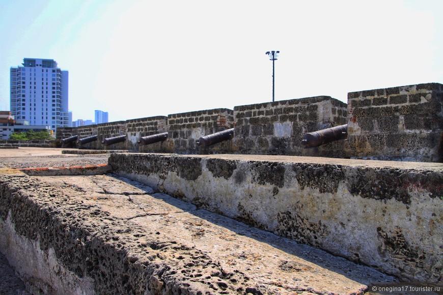 Крепостная стена и пушки смотрят в море.