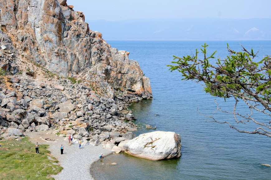 В скале есть пещера (шаманское место), но попасть в нее можно только с воды на лодке