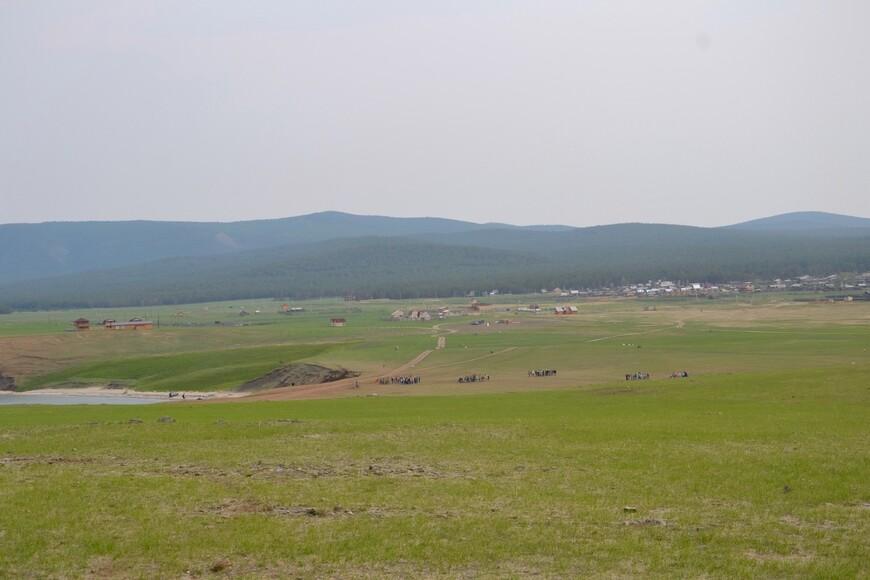 Вдали небольшой поселок Харанцы. А на поле школьники разбились на группы. Какой-то обряд изучают