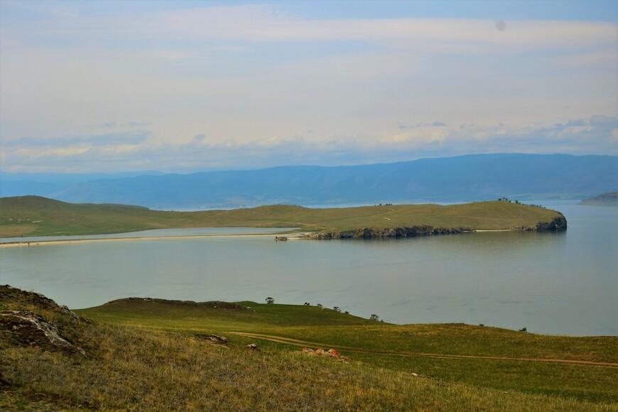 Узкая полоска берега отделяет маленькое озеро Ханой от Байкала