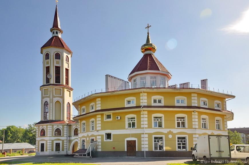 05. Дальше я поехал посмотреть на очень странную церковь. Обратите внимание на форму основного здания. Хотя на крыше находится христианский крест.