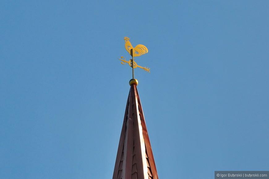 07. На башне (похожей на колокольню) вместо креста – петух-флюгер.