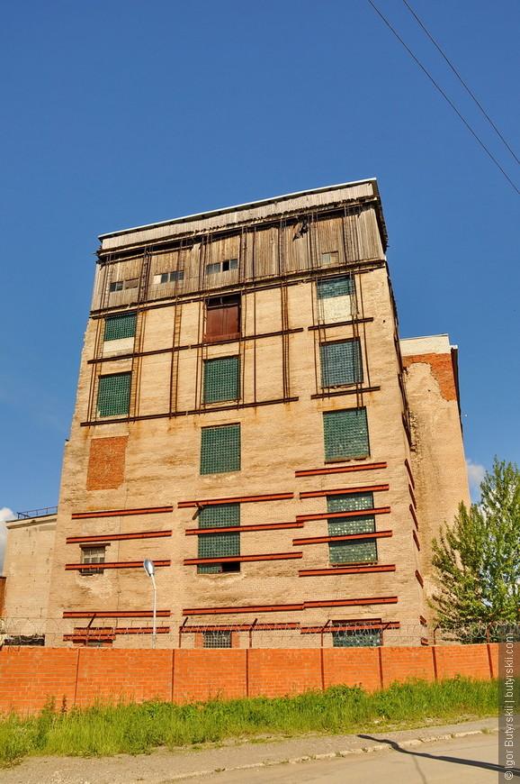 22. Стяжки на здании, видимо, чтобы не «разошлось» при увеличении воронки.