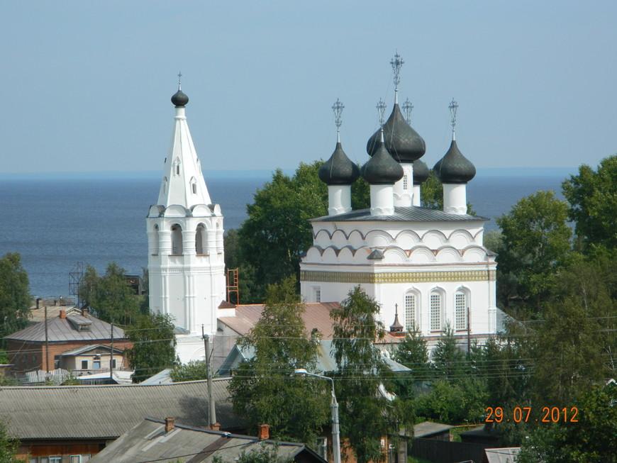 Вокруг церкви множество деревянных домиков