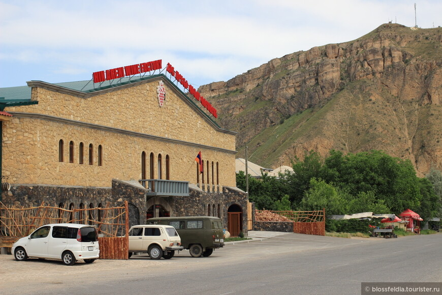 Винный завод Арени, куда нас привезли на попутной машине (на фото - большая зеленая)
