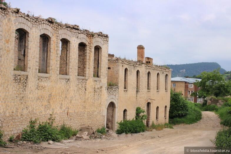 Развалины домов в Шуши (Нагорный Карабах)