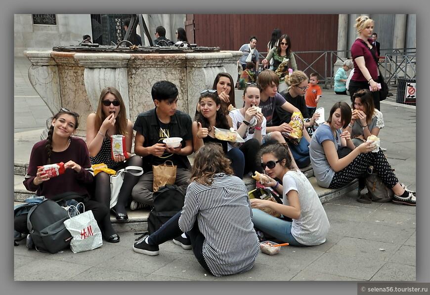 Веселый  перекус у площади Сан- Марко.