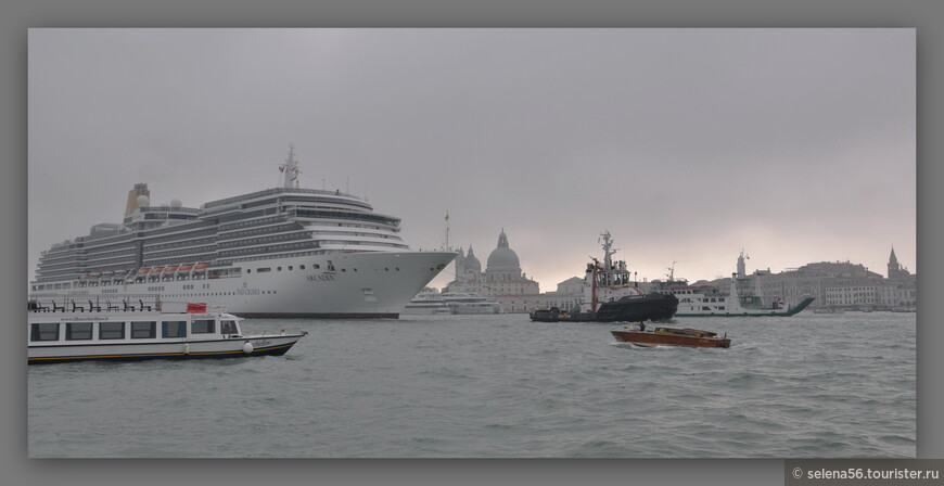 Вечерело, расстилался туман. И  неожиданно  из серой дымки  медленно выплыл огромный  круизный лайнер.