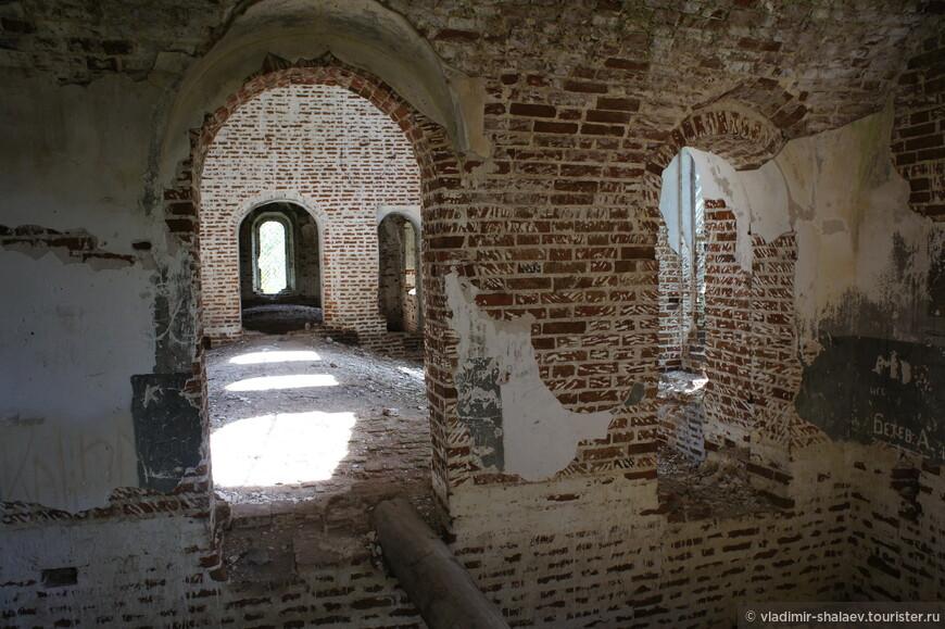 Эта старинная церковь, освященная в честь Успения Пресвятой Богородицы, и расположенная  рядом с покинутым селом Погост Синега, была построена в середине XVIII века. Первое богослужение упоминается 1758 годом.