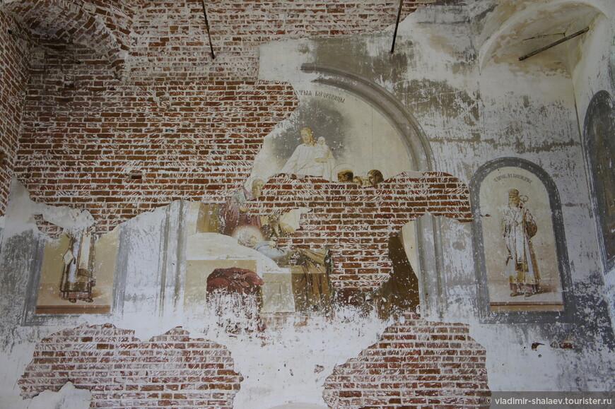 Осталось несколько фрагментов фресок.