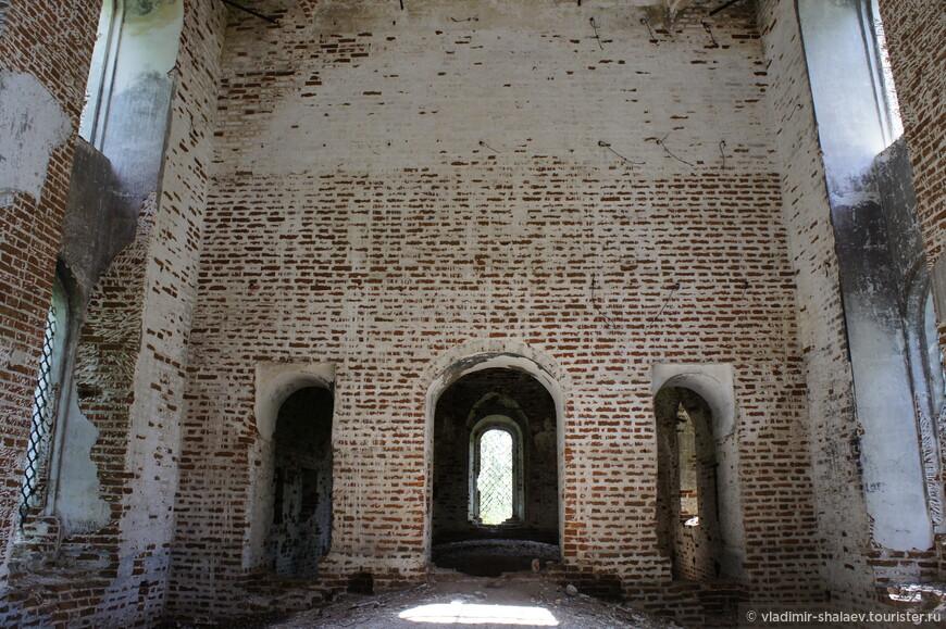 В центре алтаря в верхней и нижней церкви находились престолы. В верхней – во имя Успения Божьей Матери.  Престол считался главной святыней храма.