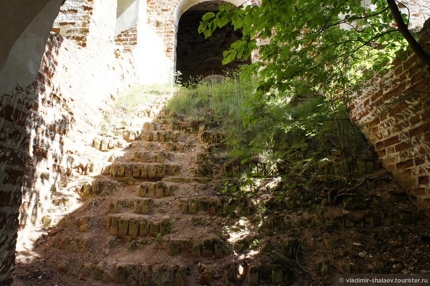 По этой лестнице я спустился в нижнюю часть храма.