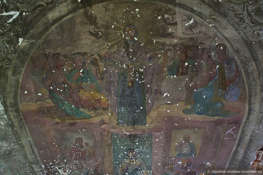 Здесь тоже чудом сохранились некоторые фрески.