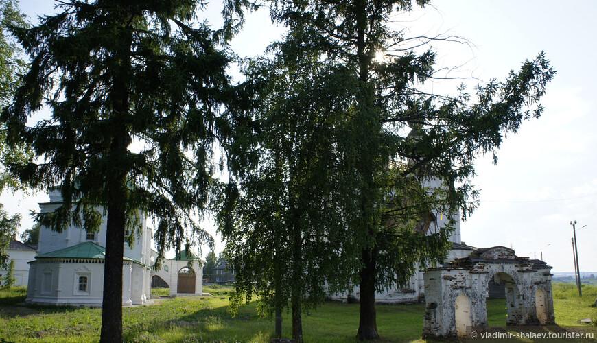 В настоящее время в архитектурный ансамбль Дымкова входят пятиглавый храм Дмитрия Солунского с колокольней, одноглавый зимний храм Сергия Радонежского, построенные в первой половине XVIII века, а также ворота, часть угловой башни и церковной ограды.