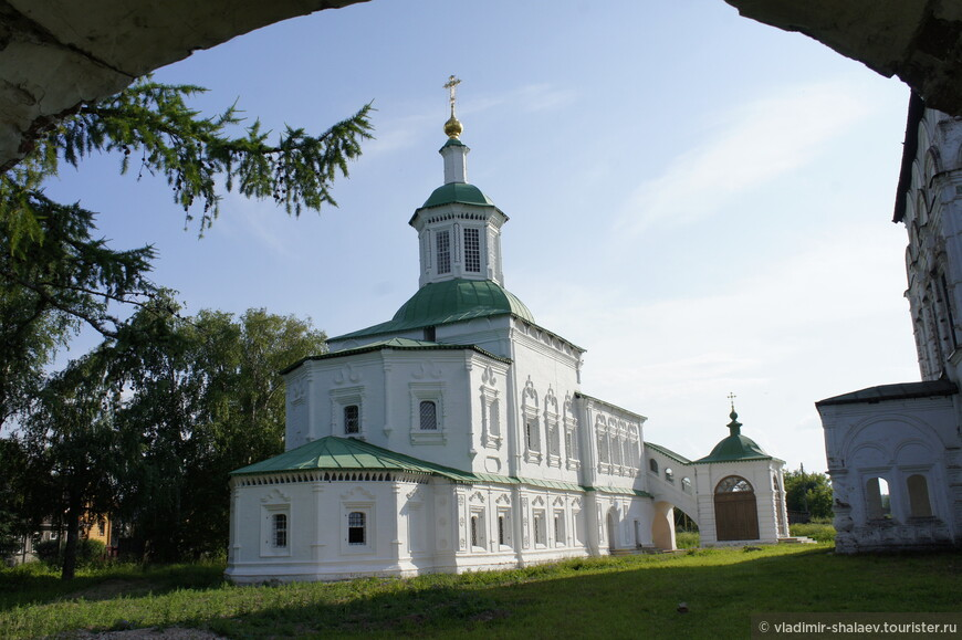 Вид на церковь Сергия Радонежского через арку ворот.