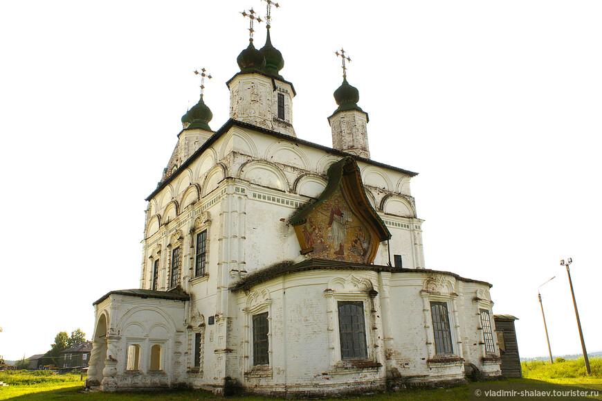 Восточный фасад храма Дмитрия Солунского обращён к Сухоне и Великому Устюгу.