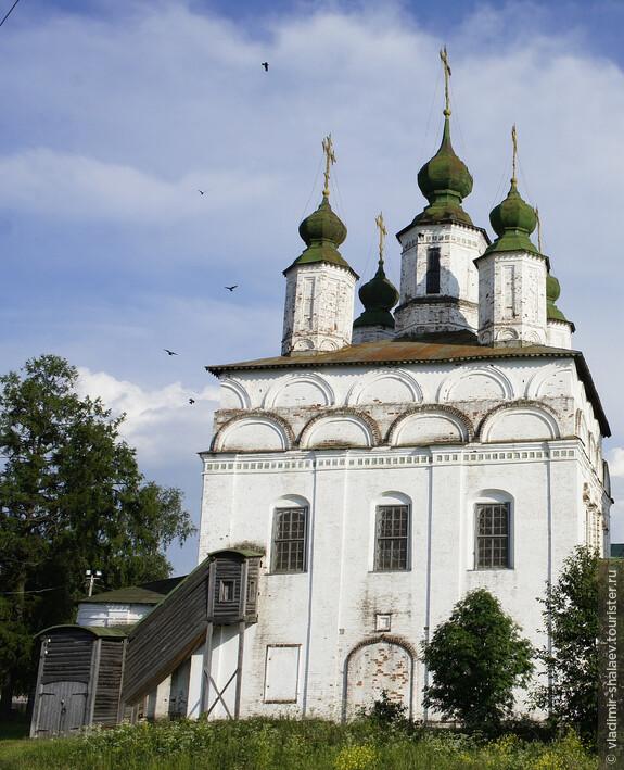 Северная сторона храма с деревянным боковым входом.