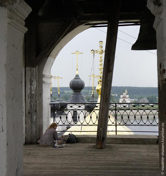 Колокольня Успенского собора - удобное место, чтобы запечатлеть другой берег Сухоны в картинах или фотографиях.