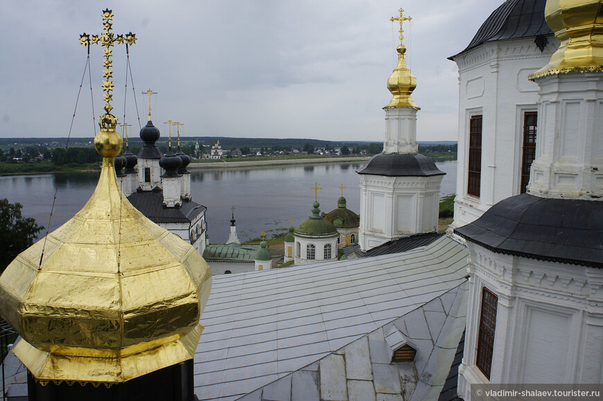Вид на Дымковскую слободу с колокольни Успенского собора Великого Устюга.