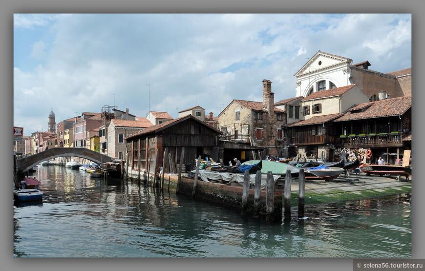 Одно из живописных мест на канале Сан Тровазо в районе Дорсодуро.