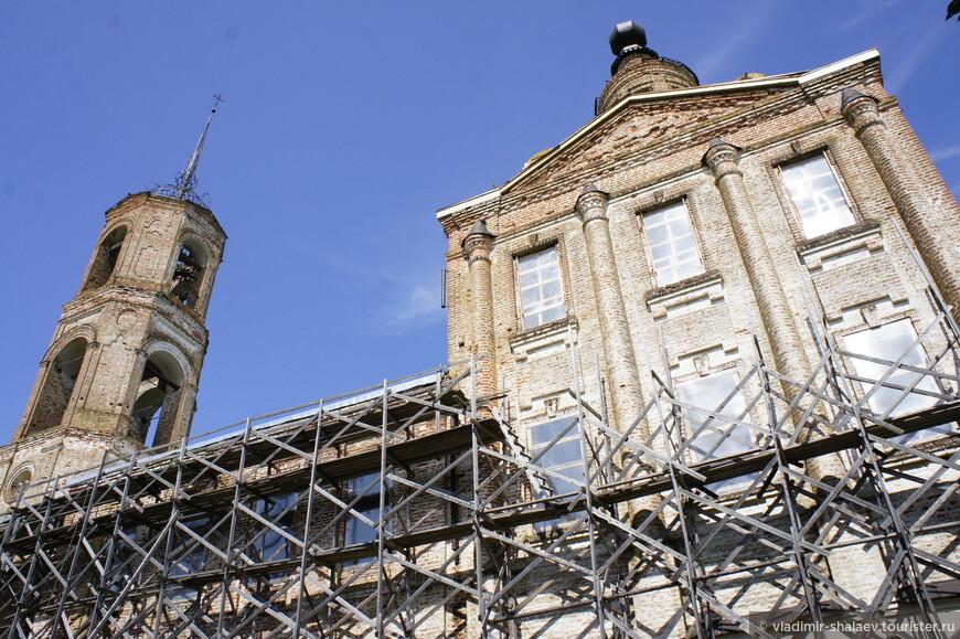 В настоящее время храм святого Василия Великого существует в том виде, в каком окончена постройка в 1830г. и представляет собой каменно-кирпичную колокольню с одной главою и двухэтажное наподобие корабля здание, соединённое с колокольней.