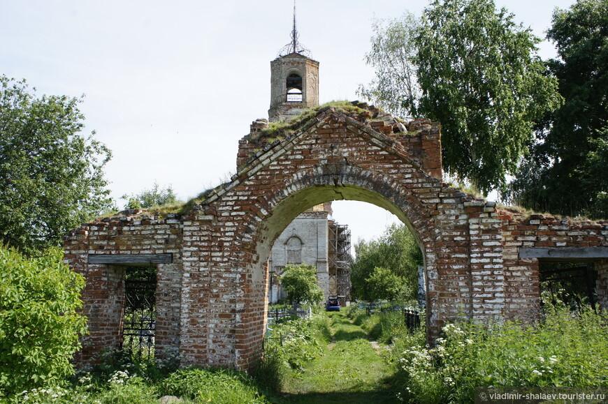 Западные ворота к храму.