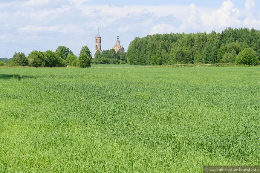 Вид на церковь от бывшей деревни Власово.