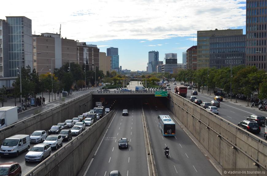 Стоя на пешеходном мосту над этим шоссе, ощущаешь пульс траффика города. Шум невероятный