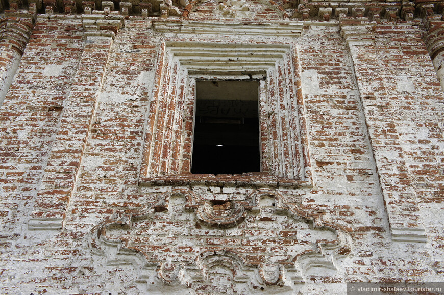"Картуш под окном храма - это тоже ""фишка""  тотемского барокко.."