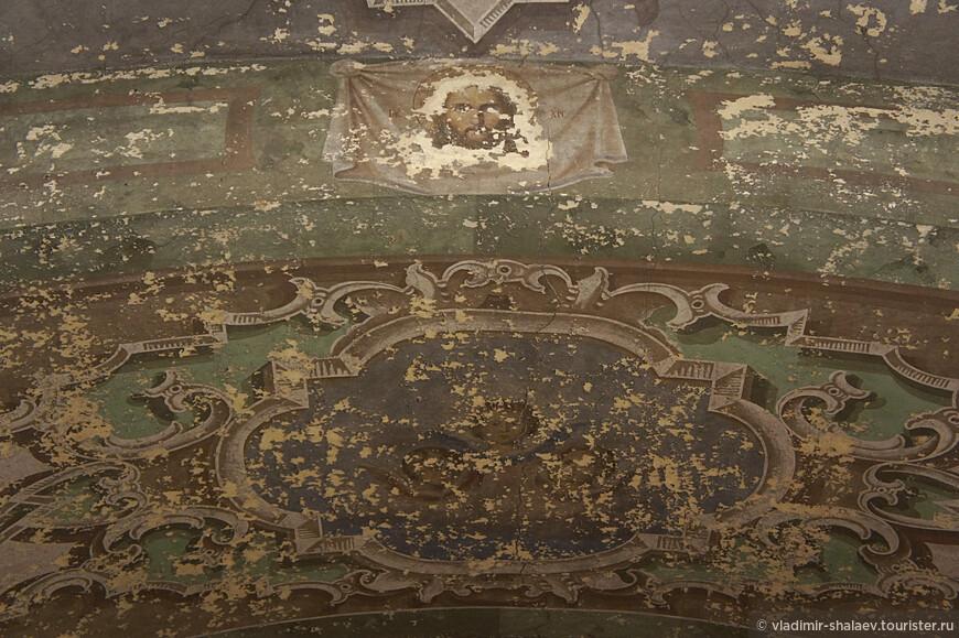 Остатки потолочной росписи церкви. Это один из немногих сохранившихся фрагментов