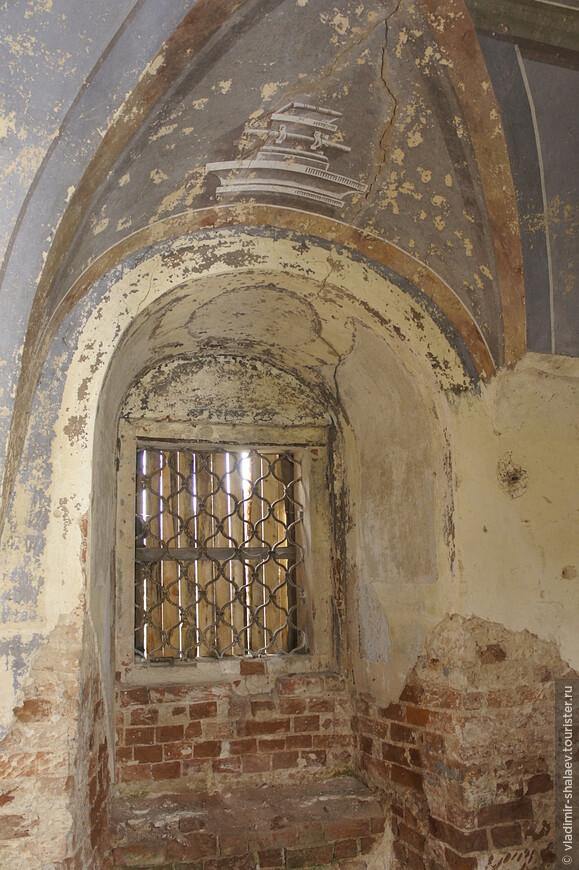 Гризальная роспись арочного свода одного из оконных проемов нижнего храма