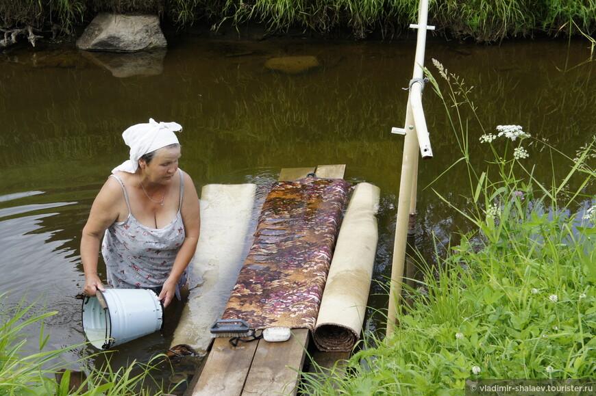Помогла женщина, которая стояла по пояс в воде и стирала ковёр на речных мостках. Она быстро нашла нам провожатого в лице своего внука и он, отведя нас в сторону метров на тридцать, подвёл к соляным скважинам.
