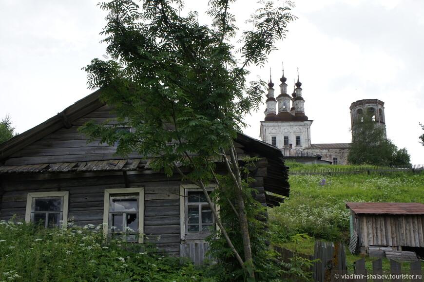 Вид на Хоробардину гору от соляных скважин на реке Ковда.
