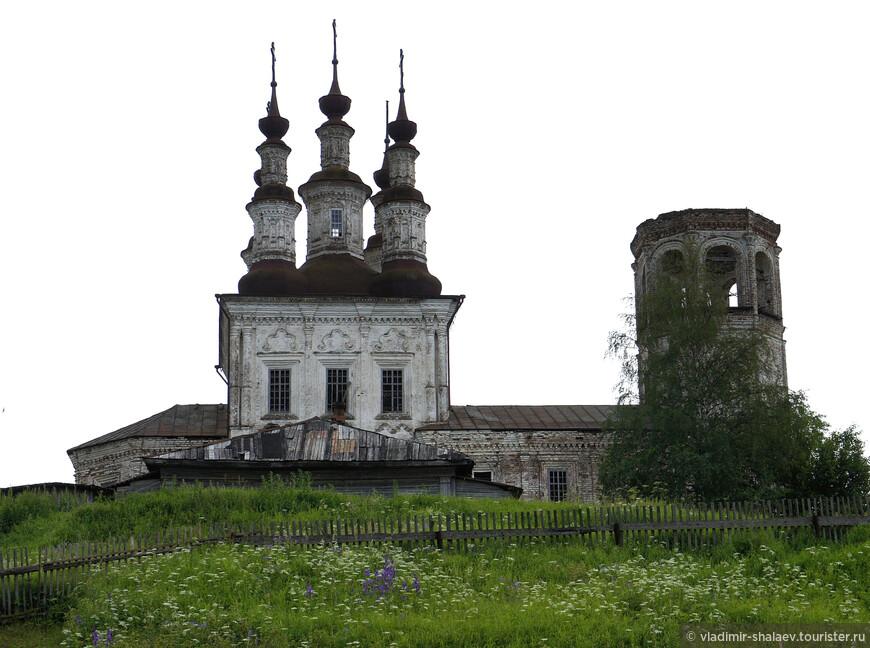 В советское время было уничтожено завершение колокольни. Северный фасад.