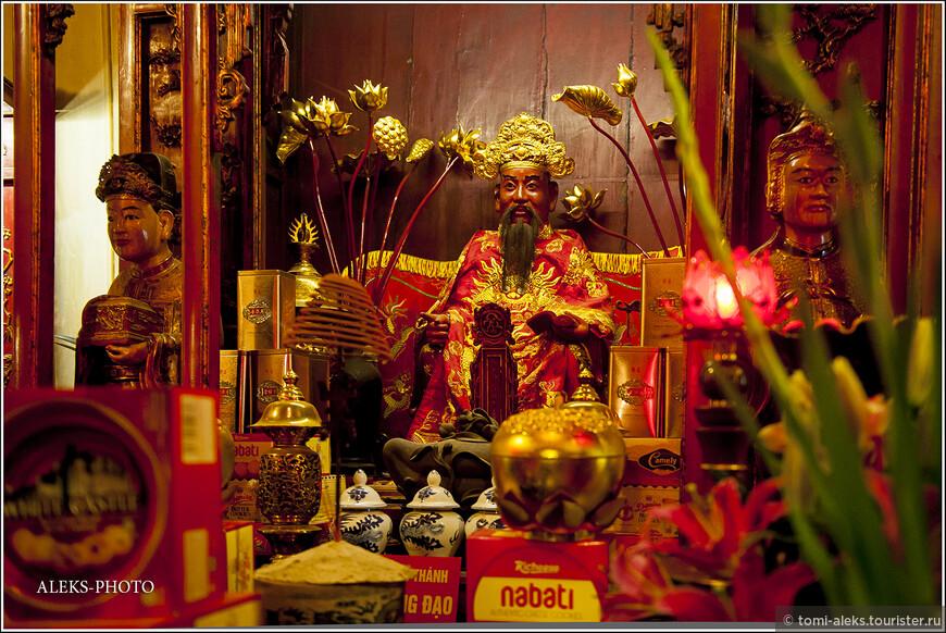 Вьетнамские божки и боги в Храме Нефритовой горы, расположенном на озере. У скульптур, изображающих сцены буддизма, всегда стоят щедрые подношения...