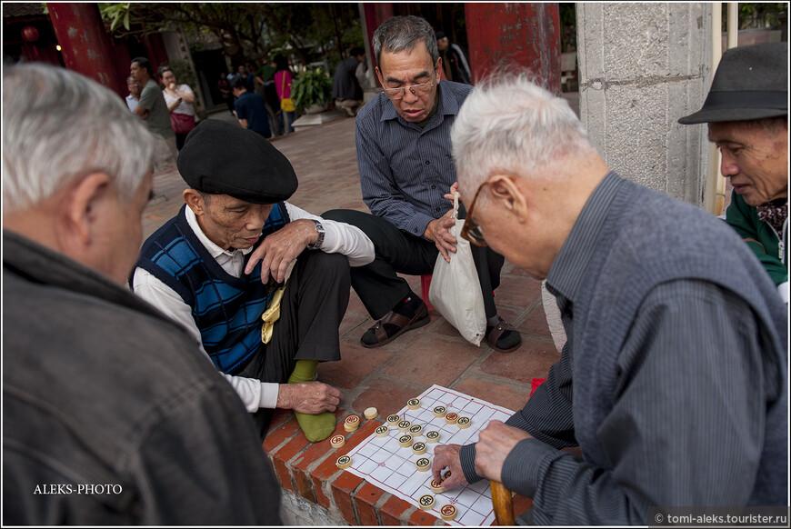 В Ханое, как и в Пекине, вы запросто можете где угодно встретить старичков, мирно играющих в местные шашки. А у озера Хоанкьем всегда много старичков. Их сюда, как магнитом, тянет. Особенно по утрам...