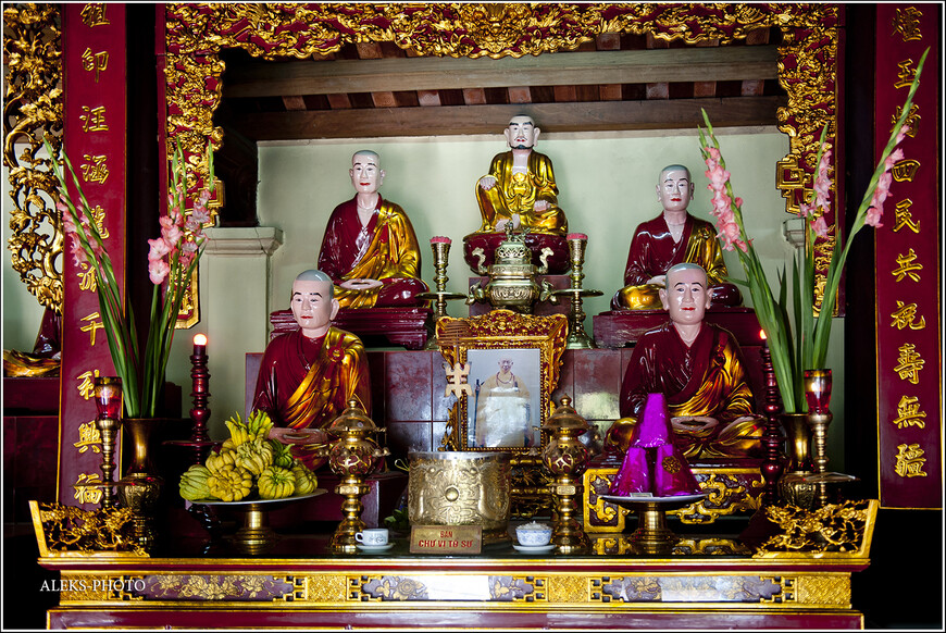 А это - еще одно обличье божеств. Мы таких видели в Таиланде. Правда, у вьетнамских почему-то розовые головы...