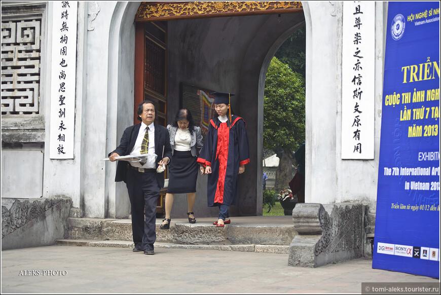 Миссия выполнена и директор учебного заведения вместе с завучем (почему-то мне эти товарищи именно их напоминают) покидают это святилище вьетнамской науки... А наше путешествие продолжается.