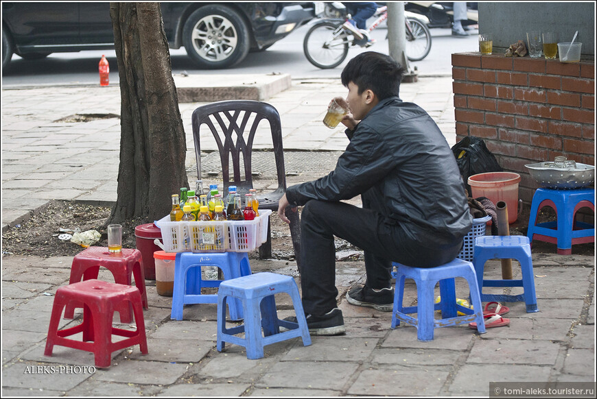 А как вам вот такой бизнес на обочине улицы? Замучила жажда - присаживайтесь и выпейте стакан газировки...