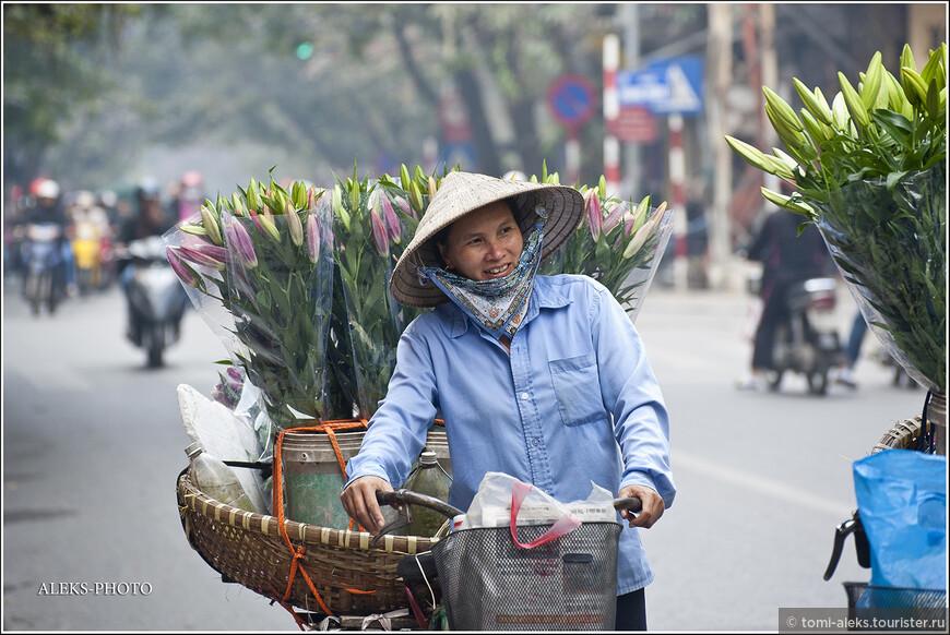 Продавщицы цветов. Вьетнамцам очень свойственно носить маски или вот такие платки на лице. Причем это не всегда продиктовано обилием пыли или выхлопных газов. Думаю, эту загадку я еще разгадаю в процессе написания дальнейших материалов о стране...