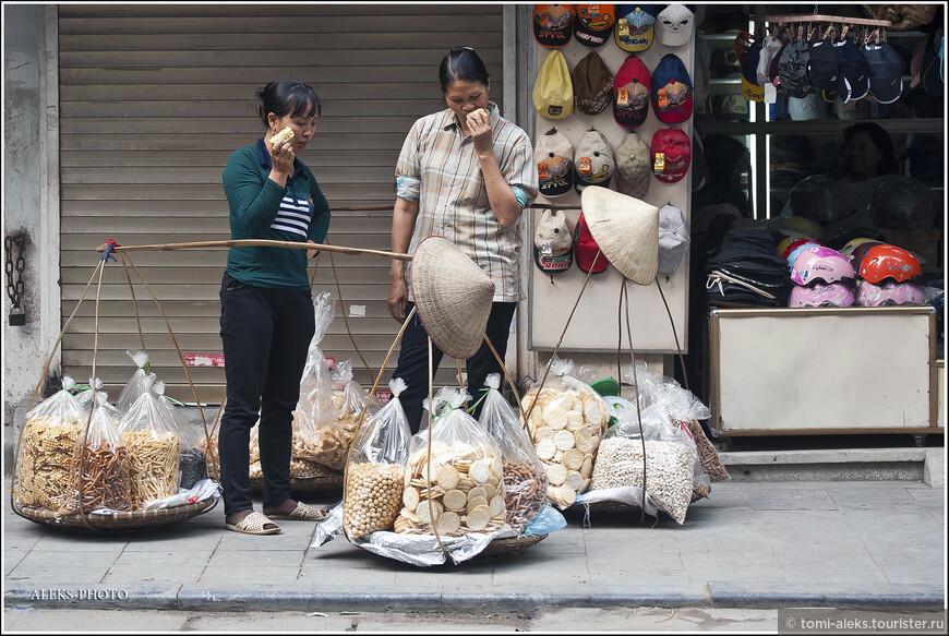 Вьетнамцы все время что-то едят. И не удивительно для такого деятельного народа. Надо же все время восстанавливать силы, чтобы таскать вот такие конструкции на своих плечах...