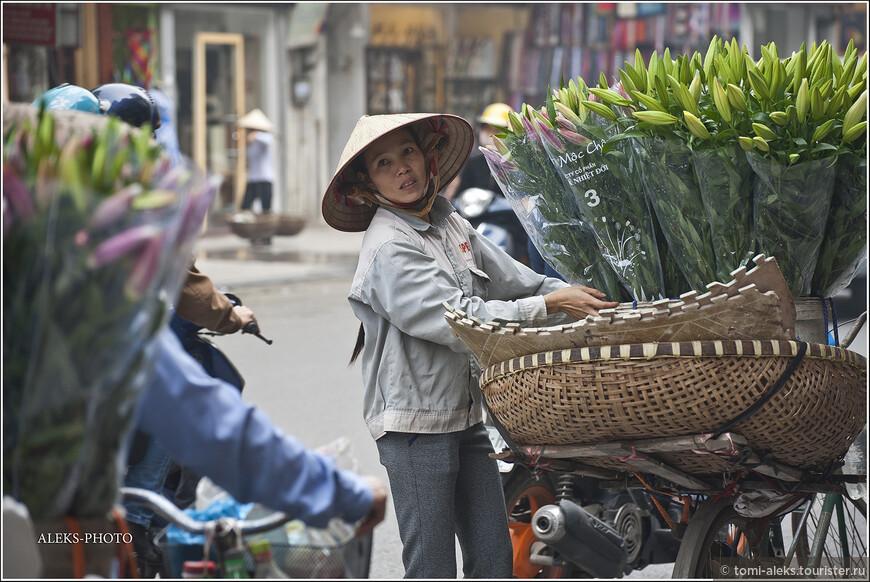Интересные круглые посудины, в которых уличные торговцы переносят фрукты и прочую снедь. Вьетнамцы, вообще, народ изобретательный. И у них особая любовь к кругу. Шляпы, корзины и даже лодки у них - круглые. И кругом - ханд мейд...