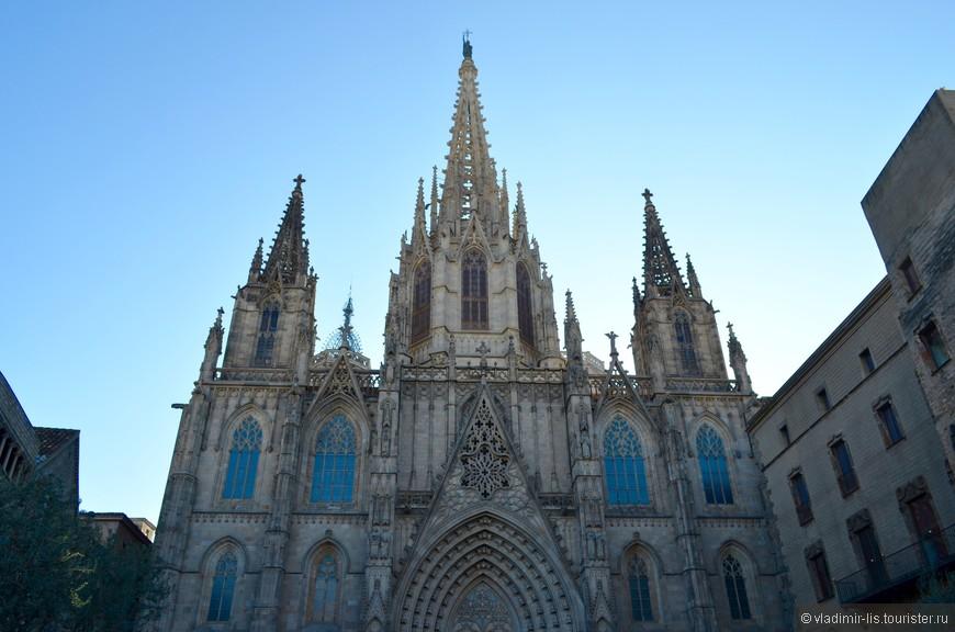 Корона готического квартала - Собор Святого Креста и Святой Евлалии. Готика всегда внушительна: огромные храмы с изысканными скульптурами и витражами