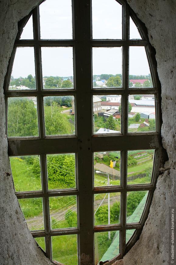 Перед самым выходом на колокольню попадаешь в объём с такими интересными окнами-овалами.