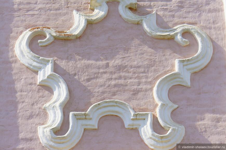 Разнообразные узоры поражают воображения. Самое интересное то, что в отличие от обычных - лепных, резных или рисованных - тотемские картуши представляют собой часть кирпичной кладки стены, т.е кирпич в стене клали так,, чтобы, выступая из стены, он создавал орнамент. Поэтому они не облетели и хорошо сохранились.