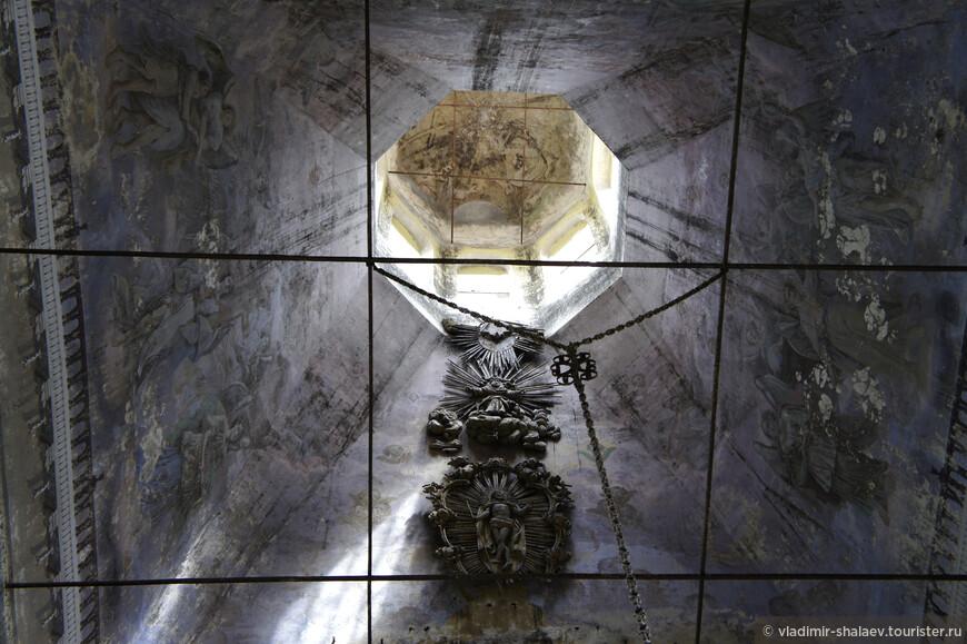Сохранившийся фрагмент завершения иконостаса.