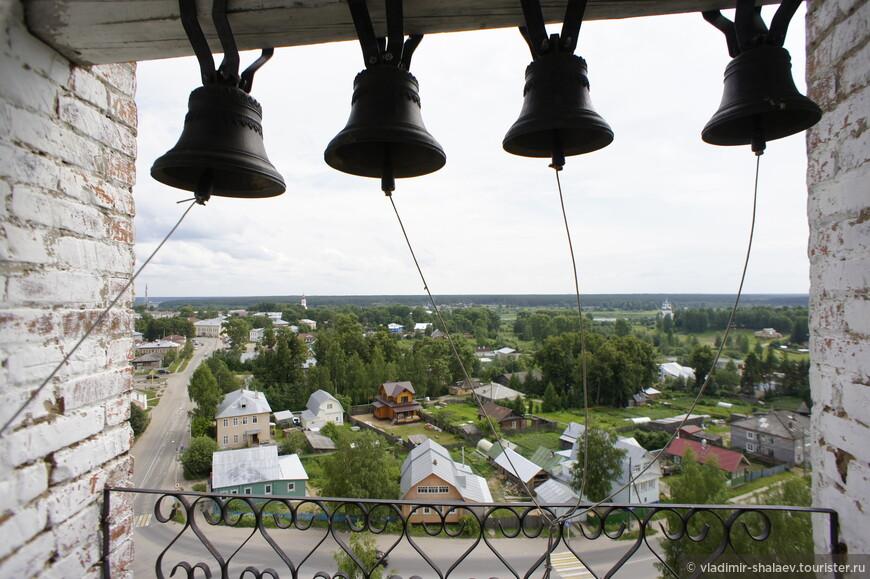Хотя в церкви службы не проходят, но колокола освящены и используются во время церковных праздников.