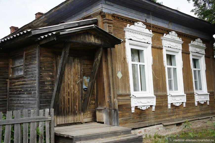 Или вот этот старый дом с белоснежными наличниками.